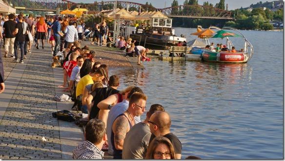 3930 das warme Wetter hat auch die Prager an die Ufer der Moldau gelockt. Im Hintergrund sieht man die Grillinseln sind belegt (1024x575)