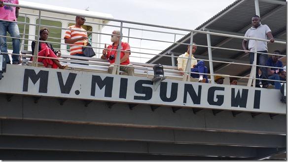 2268 John und Baboo auf der Fähre nach Mwanza