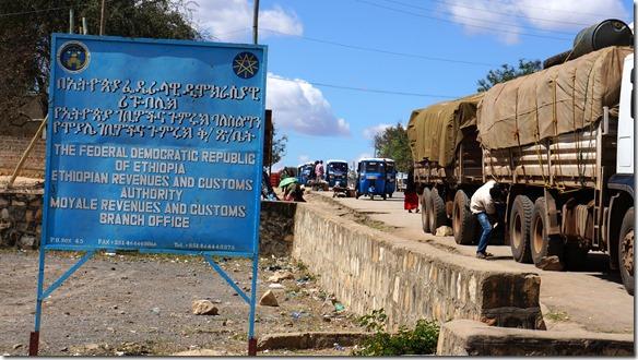 2342 so nun sind wir durch und können uns für ein Nachtlager im ethiopischen Moyale umsehen