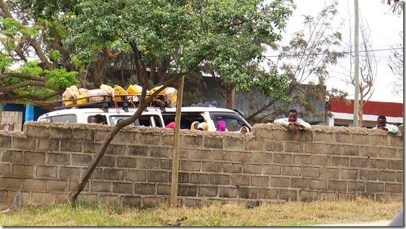 2347 Zaungäste die es wundernimmt was die Weissen hier machen mit ihren Fahrzeugen