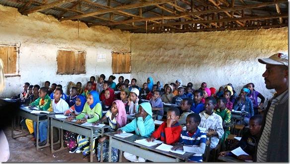 2507 hier sitzen aufmerksam 75 Schüler und Schülerinnen zu dritt auf 2er Bänken