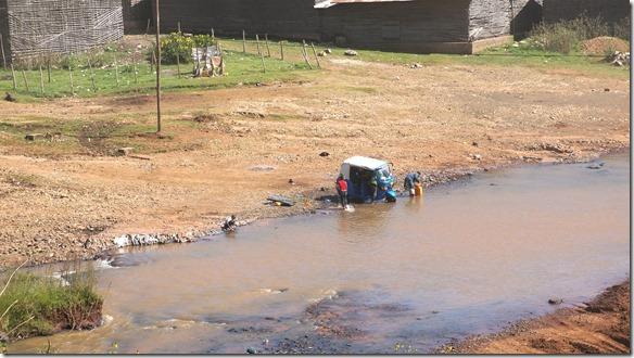 2541 B aber leider wird das Wasser nicht nur zu trinken verwendet sonder sogar um Tuck-Tuck's und Autos zu waschen im Fluss