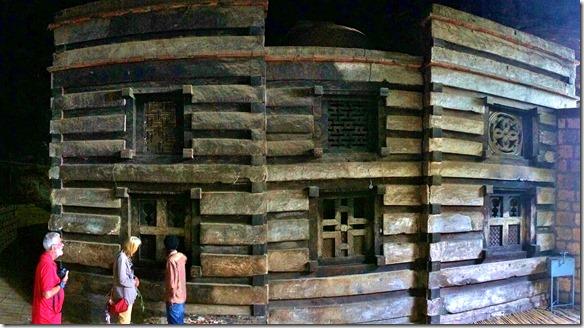2589 der Aufbau der Kirche = Holz und Stein die in diesem übers Jahr immer gleichen Klima nicht altern