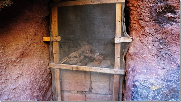 2643 eine Mumie in einer herausgeschlagenen Felsnische