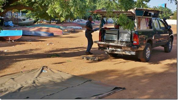 2740 Blue Nile Sailing Club tönt sehr exklusive, aber der Campingplatz ist der Parkplatz mit ein paar herumliegenden Booten