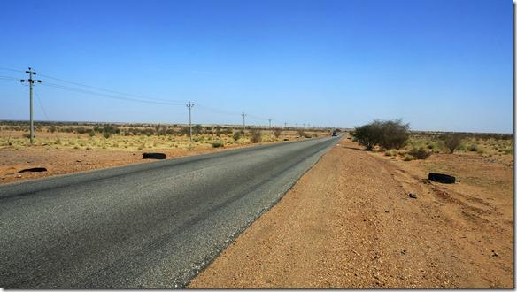 2746 aufgummierte Pneuteile liegen in rauhen Mengen links und rechts der Strasse