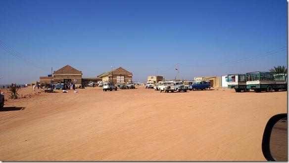 2767 nun sind wir an der Reihe unsere Autos ins Zollgelände Wadi Halfa zu fahren und anschliessend an die Zollformalitäten die Fähre zu besteigen