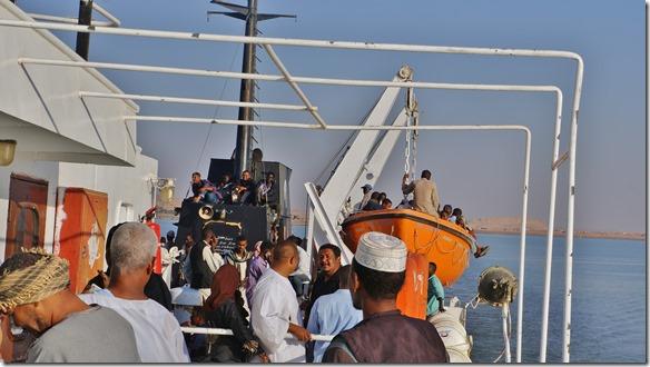2775 alles belegt, selbst die Rettungsboote und der Kamin werden als Übernachtungsplatz ausgesucht