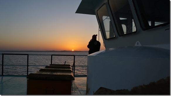 2785 am Morgen geht die Sonne im Osten = auf der andern Seite der Fähre wieder auf