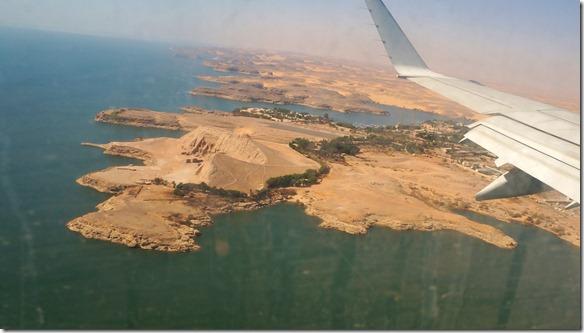 2793 Anflug auf Abu Simbel = siehe Hügel zwischen Flügel und Wasser