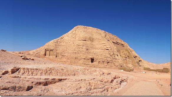 2795 hier sieht man das erste Mal die riesigen Figuren des Ramsen-Tempels
