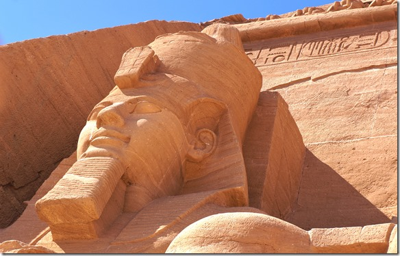 2803 das Zerrlegen der Tempelanlage geschah von Hand und in Blöcken zu ca. 30 tonnen Gewicht = man sieht von den ca. 5-10mm breiten Schnitten nur an ganz wenigen Stellen Markierungen