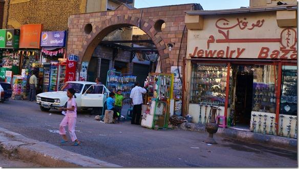 2874 ein Seiteneingang zum Touristen Mrkt auf der El Souk