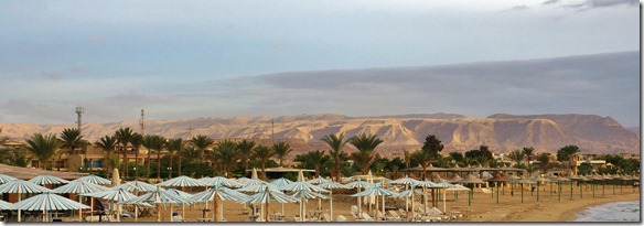 3000 ein letzter Blick auf die farbigen Sandhügel der Wüste