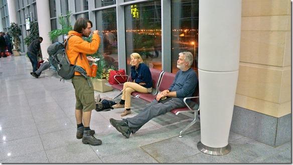 3021 Neile und Barry (2 Australier die mit dem Töff durch Afrika wollten) warten mit uns auf den Flug nach Antakya