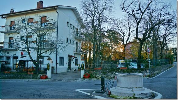 3049 das Hotel Valle di Banne steht gauz oben am Hang über Trieste und ist nur erreichbar über sehr schmale Gässchen (falls man die flasche Ausfahrt nimmt)