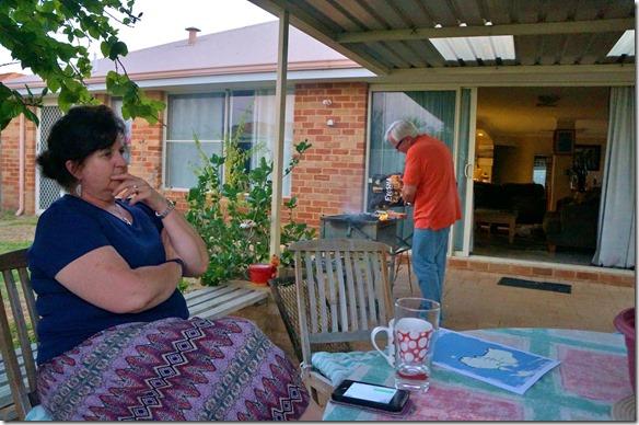 1052 Vorbereitung zu einem südafrikanischen Braai durch Herbert und Karthrin in seinem Garten