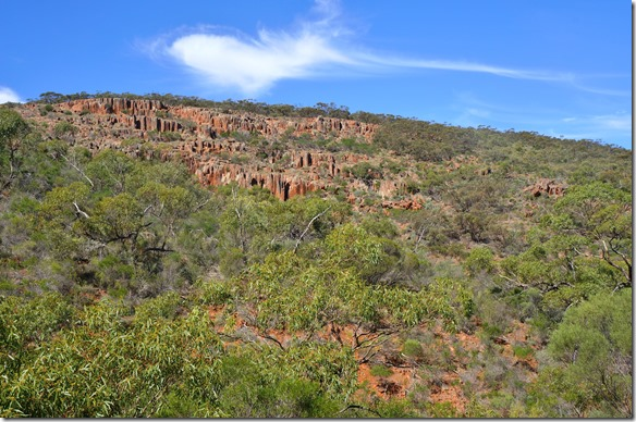 1481 hier sieht man die stehenden Blöcke gut. Im Gegensatz ist der Granit in Australien wie Bickel die aus dem Boden schauen (Uluru = heiliger Berg im Zentrum)