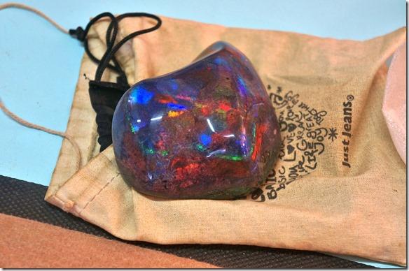 1512 der behandelte Opal = dann erscheinen die Farben