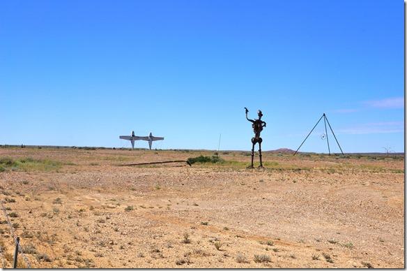 1516 plötzlich tauchen am Strassenrand im Outback geschweisste Monumente auf