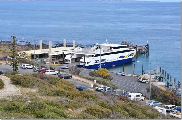 1575 die Fähre auf welcher wir nach Kanguru Island überschiffen wartet auf die Gäste und Fahrzeuge