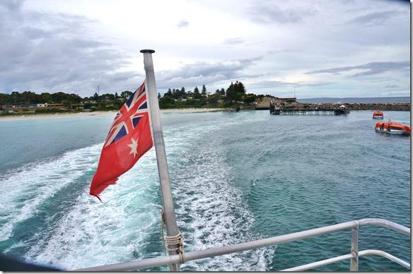1641im Kielwasser sieht man den Hafen und die Australische Flagge, jedoch die rote Version (warum ist sie rot und nicht blau)