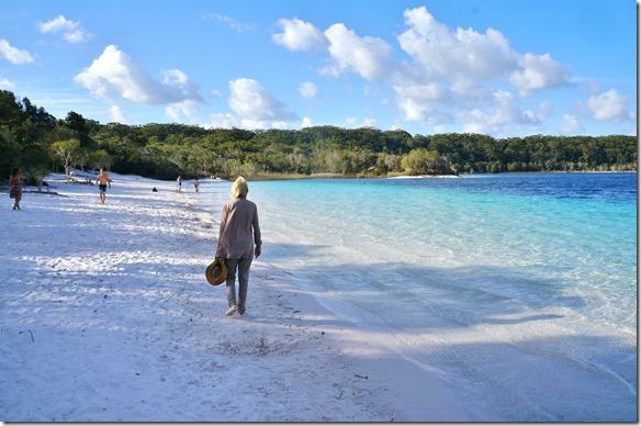2058 ein Spaziergang auf dem sehr feinen sand vom Lake McKenzie