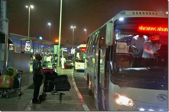 2501 da kein Flug ab Abu Dhabi frei ist muss ich das Taxi nach Dubai nehmen und schauen ob da Platz bei Emirates ist