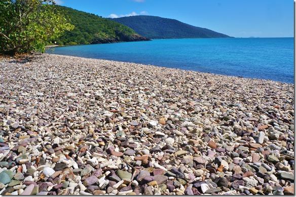2582 eine Bucht mit nur toten, angeschwemmten Korallen