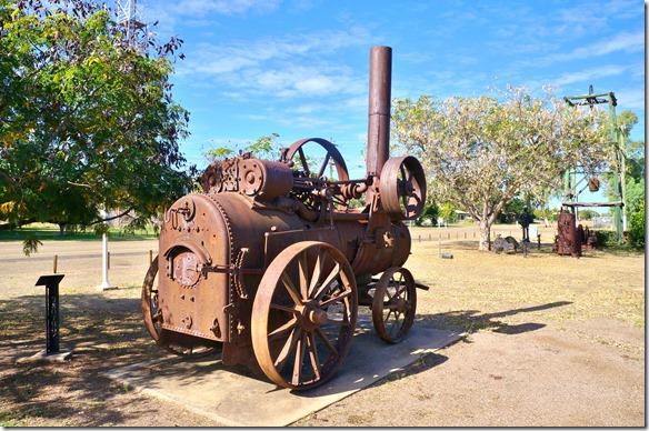 2721 vor der Touristeninf haben sie mehrere alte Maschinen ausgestellt