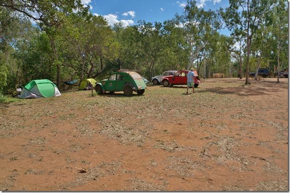 2760 auf unserem nächsten Camp in Lorella Springs (mit Warmwasserbach ca. 33°C) haben auch gleichzeitig über 50 Deux Chevaux logiert