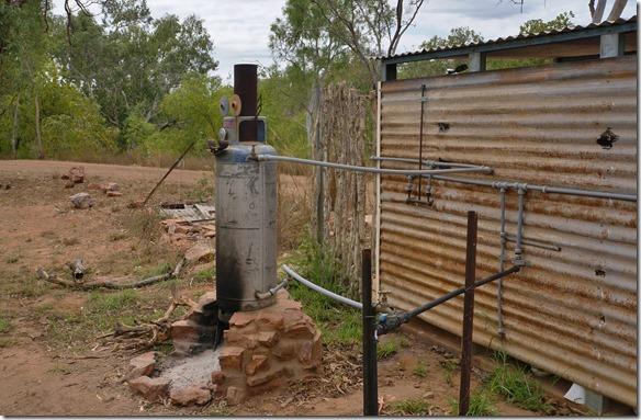 2771 das Warmwasser zum Duschen muss man selber mittels dieses Donkies und Feuer warm machen
