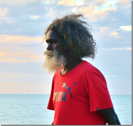 2868 es sind auch viele Aborigines auf dem Markt und machen Musik oder hängen einfach rum