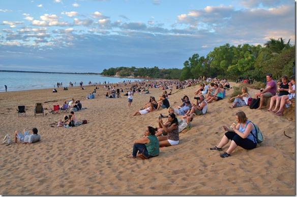 2870 der Sonnenuntergang hier in Darwin soll einer der schönstem in Australien sein = darum sind auch viele Leute am Strand und warten auf das Ereignis