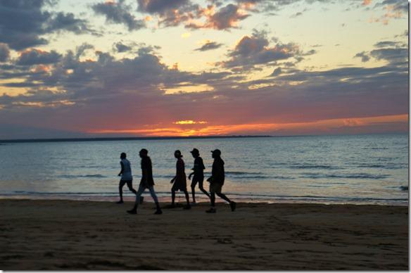 2873 diese Gruppe von Aboriginesmacht ihren Abendspaziergang am Strand