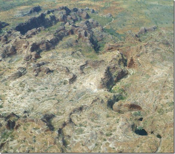 3049 nebst den vielen ausgewaschenen Hügeln und Kuppen gibt es auch tiefe Canons in welchen das Wasser aus den Bungle Bungle fliesst