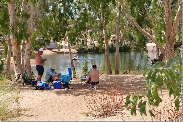 3155 unten am Fluss sind einige Leute sich am abkühlen (Wassertemp. ca. 30 - 32°C)