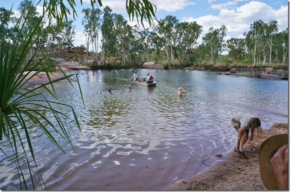 3156 eine kleine Handfähre bringt die Leute die weiterwandern wollen trockenen Fusses über den Fluss