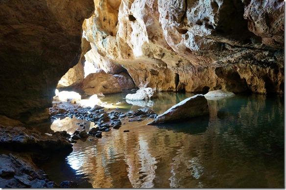 3175 bei einem Blick zurück zum Eingang in den Tunnel Creek sieht man dass wir durch Wasser waten müssen