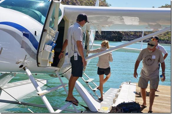 3245 die Betreuungsmanschaft übernimmt das Flugzeug zum bereitmachen für den Rückflug einer andern Gruppe Touristen
