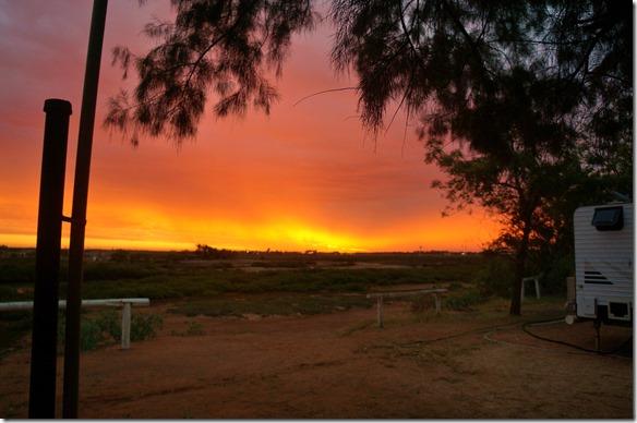 3353 ein brennender Himmel bei Sonnenuntergang in Karratha