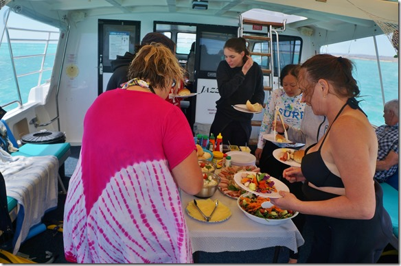 3420 Tauchen gibt Hunger und so nehmen wir den gut bestückten Lunch um 12.30 Uhr, bevor es nochmals zu einem Tauchgang innerhalb des Reefs geht