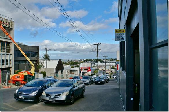 1017 diese Strasse runter gibt es ein gutes Cafe in welchem ich die Zeit des Airbagsauswechselns überbrücken konnte