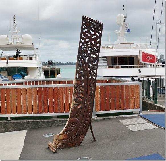 1018 ein Maori-Symbol im Hafen von Auckland