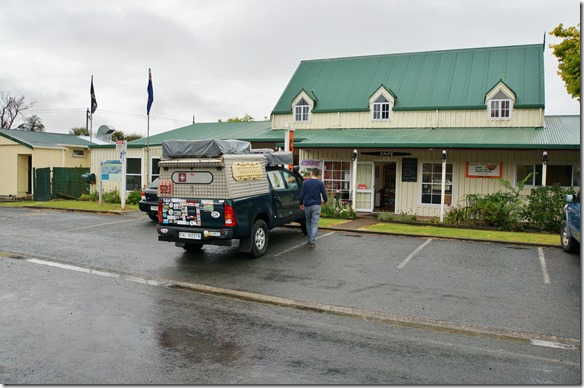 1060 habe Cedric auf dem Flughafen abgeholt und wir fahren Richtung Waitomo Caves. Hier machen wir unsern ersten Halt und geniessen den guten Kaffee und die feinen Süssigkeiten