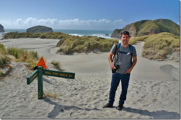 1149 an der Beach angekommen sieht man im Hintergrund die wasserumspühlten und durchspühlten Felsen