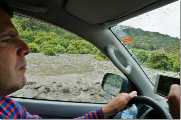1174 alle andern Strassen hatten ebenfalls Durchgangssperre wegen den Regenfällen und die Küstenstrasse ist bis auf weiteres Gesperrt wegen der letztjährigen Erdbeben