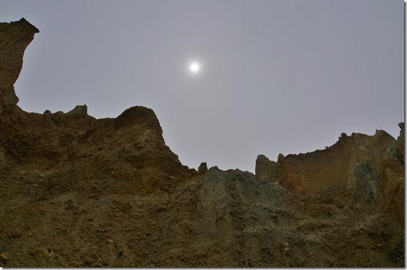 1230 die Sonne verdeckt von einer milchigen Wolkendecke = Stimmung wie in einer Mondnacht