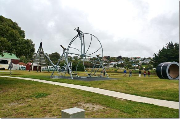 1243 der Kinderspielplatz = alles in riesiger Ausführung auf einer Fläche die in der Schweiz eine halbe Gemeinde einnimmt