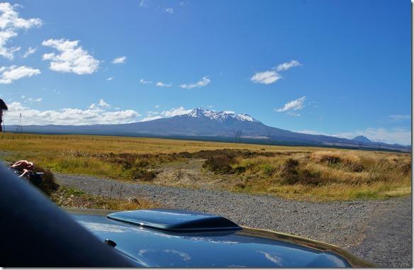 1317 auf dem Weg nach Norden fahren wir durch ein Desert und an den Schneebergen (Ngauruhoe 2291m) vorbei